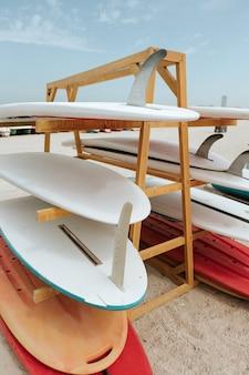 Tavole da surf impilate sulla rastrelliera su una spiaggia