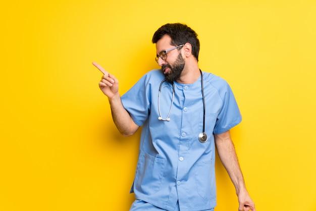 L'uomo del medico del chirurgo gode di di ballare mentre ascolta la musica ad una festa