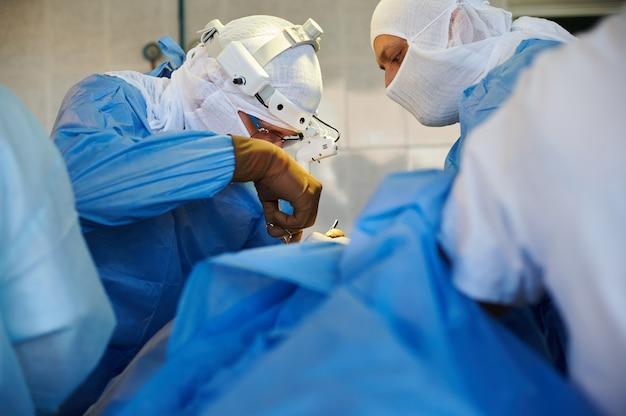 Il chirurgo esegue la fase dell'intervento chirurgico