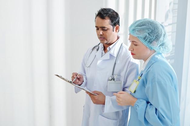 Documento di controllo del chirurgo e del medico