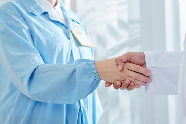 Chirurgo stringe la mano del medico