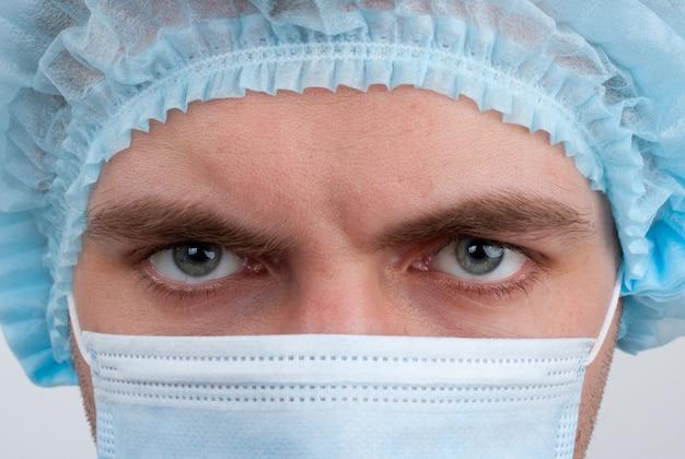 Chirurgo in mascherina chirurgica