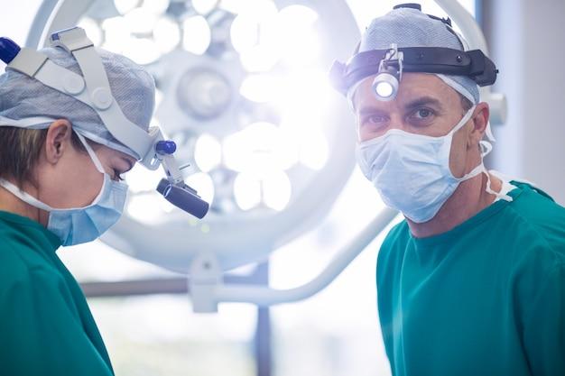 Chirurghi che eseguono l'operazione nella sala operatoria