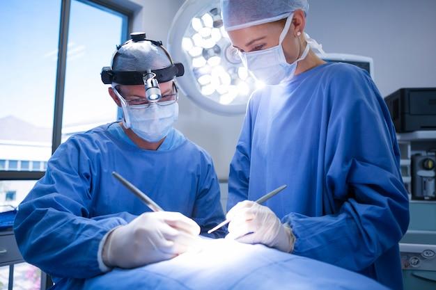 Chirurghi che eseguono il funzionamento in sala operatoria