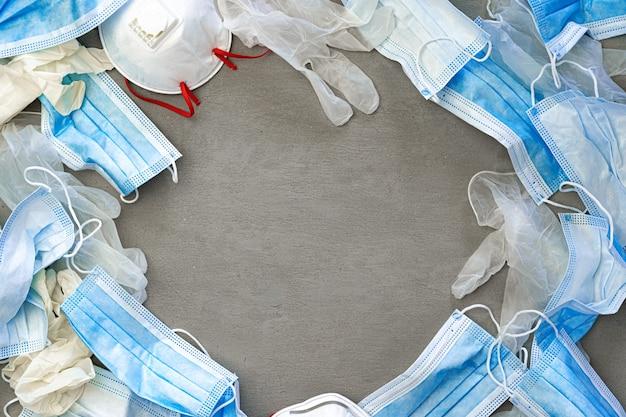 Guanti chirurgici e mascherina protettiva medica su uno sfondo scuro