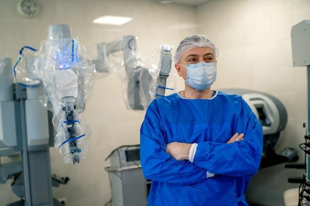Sala chirurgica in ospedale con apparecchiature di tecnologia robotica, chirurgo del braccio della macchina in una sala operatoria futuristica. innovazione chirurgica minimamente invasiva, chirurgia robotica medica con endoscopia