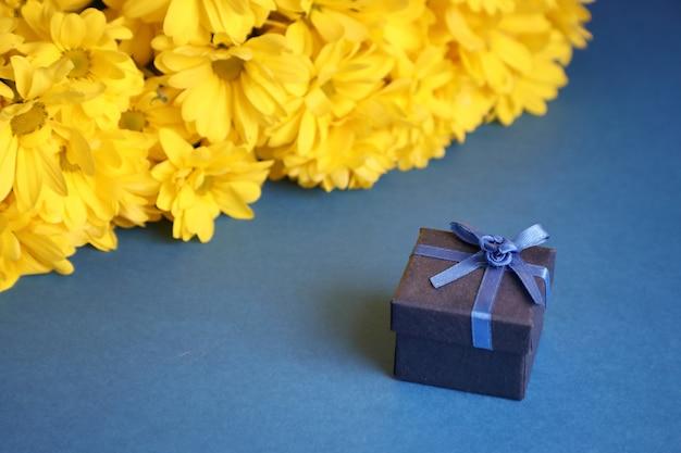 Un regalo a sorpresa con un bouquet.