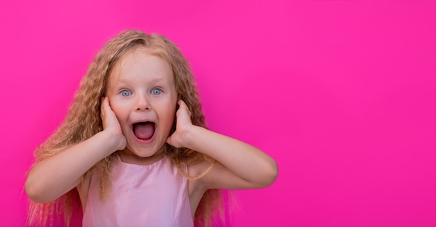 Ritratto a sorpresa di una bambina stupita con la bocca aperta wow