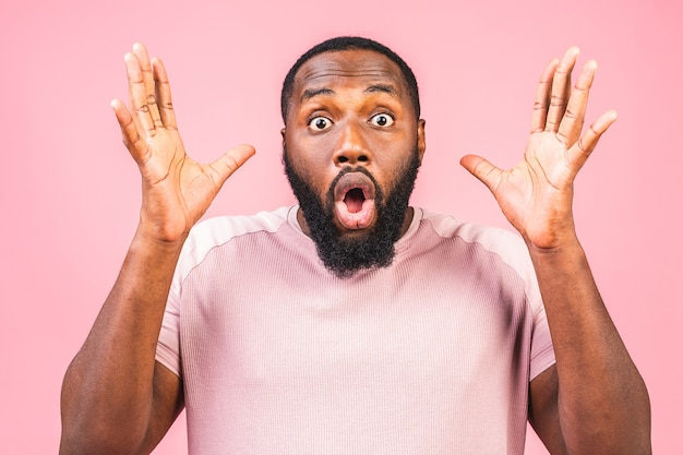 Ragazzo afroamericano sorpreso sorpreso in casual
