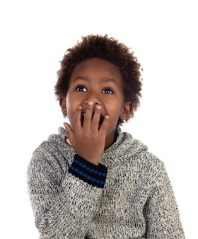 Bambino sorpreso che copre la bocca
