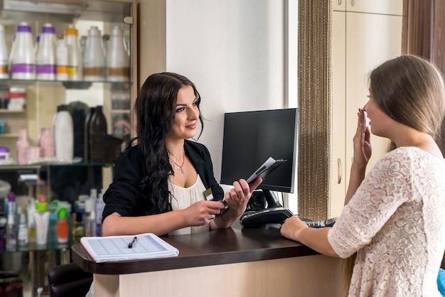 Cliente sorpreso nel salone di bellezza e amministratore