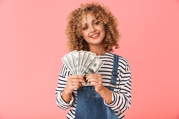 20s donna riccia sorpresa in possesso di fan di soldi in dollari in piedi