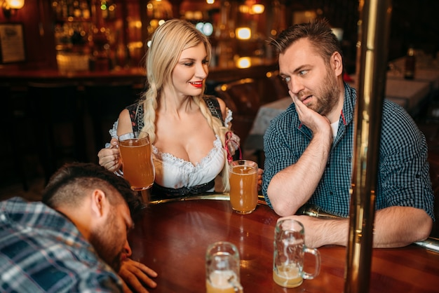 Sorpreso uomo ubriaco scale al seno della cameriera