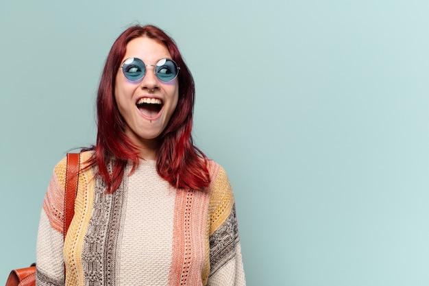 Donna sorpresa del hippie che esamina lo spazio della copia