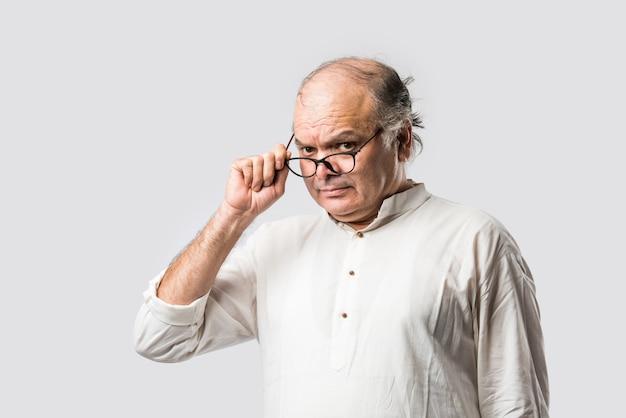 Uomo anziano asiatico indiano sorpreso - uomo anziano con espressioni di shock