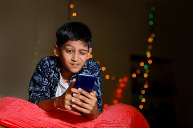 Piccolo bambino indiano sorpreso dopo aver visto in smart phone