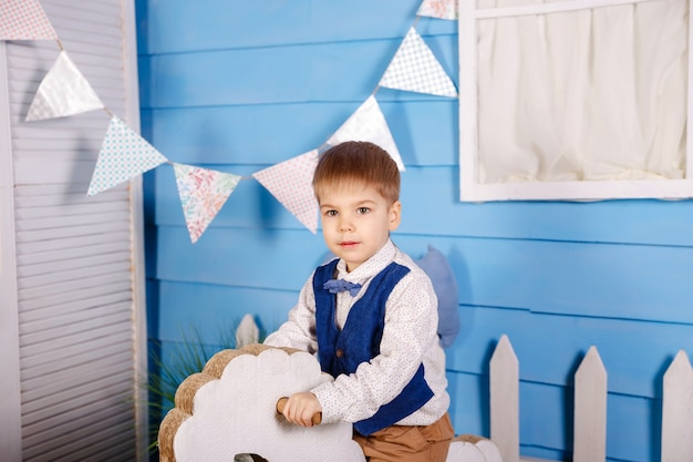 Bambino sorpreso che guarda l'obbiettivo su sfondo blu