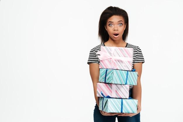 Pila africana colpita sorpresa della tenuta della donna di scatole attuali