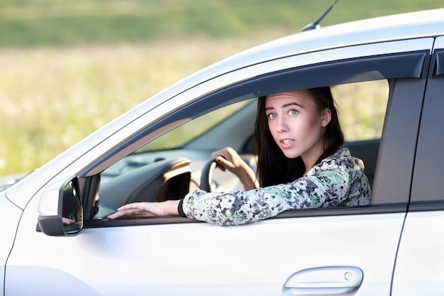 Donna sorpresa alla guida della sua auto