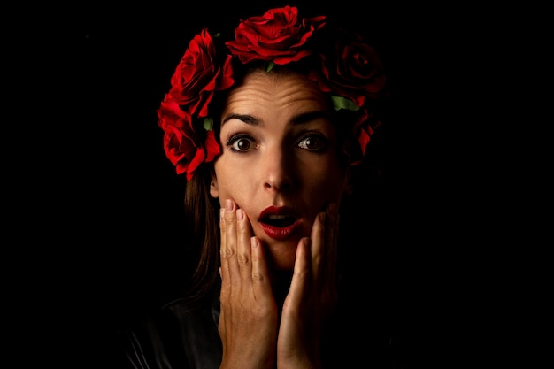 Giovane donna sorpresa in una corona di fiori