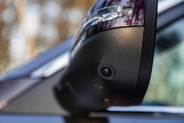 Sistema di sistema di monitoraggio della camma surround in un moderno specchietto retrovisore con vista laterale di un'auto moderna con