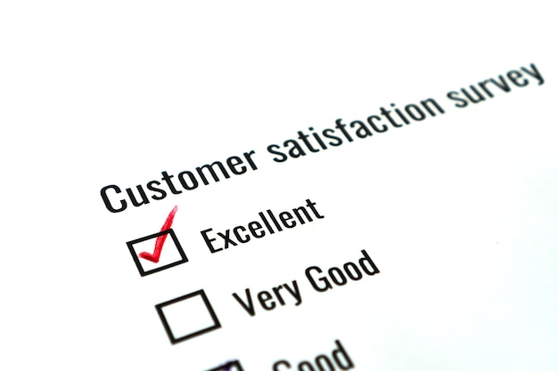 Concetto di soddisfazione del feedback del modulo di indagine: lista di controllo controlla la parola eccellente sul documento del modulo di domanda per il cliente. scelta della domanda di opinione che riempie il segno di spunta per la ricerca di marketing aziendale