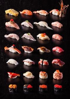 Sushi su sfondo nero