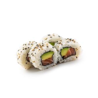 Sushi california roll diversi tipi isolati su sfondo bianco.