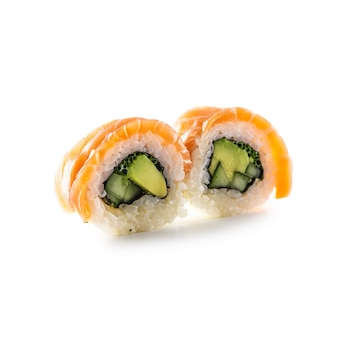 Rotolo di sushi california isolato su sfondo bianco.