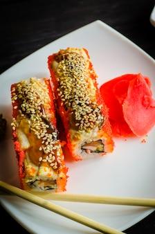 Sushi california con gamberi e salmone, roll in caviale di pesce volante
