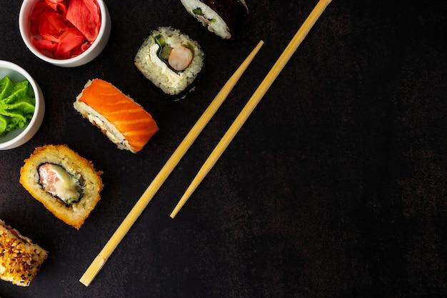 Sushi su uno sfondo scuro vista dall'alto con un posto per un'iscrizione