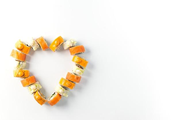 Sushi a forma di cuore su uno sfondo bianco, il giorno di san valentino.