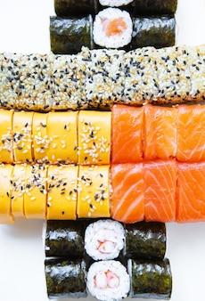 Sushi dalla cucina giapponese. nella confezione sono presenti diversi tipi di sushi. concetto di consegna di cibo delizioso e sano. vista dall'alto.