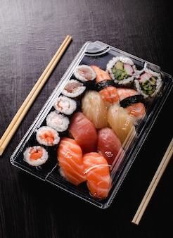 Sushi to go concept. scatola da asporto con sushi