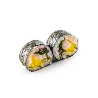 Sushi maki diversi tipi isolati su sfondo bianco.