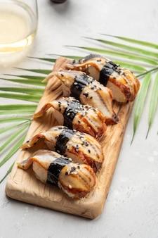 Sushi nigiri, anguilla affumicata unagi