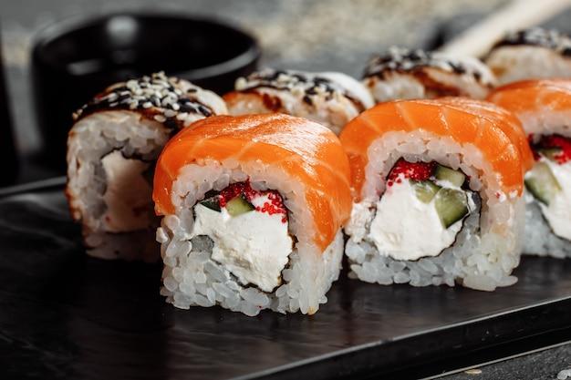 Sushi philadelphia su un piatto decorativo in pietra