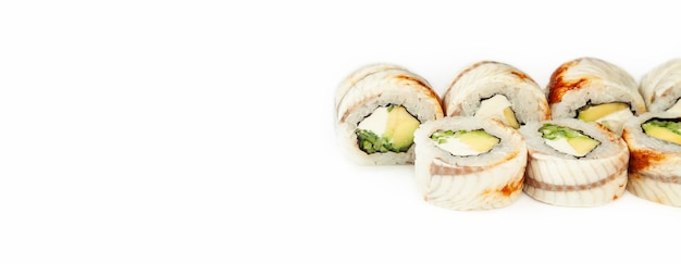 Rotolo di sushi drago nero su sfondo bianco