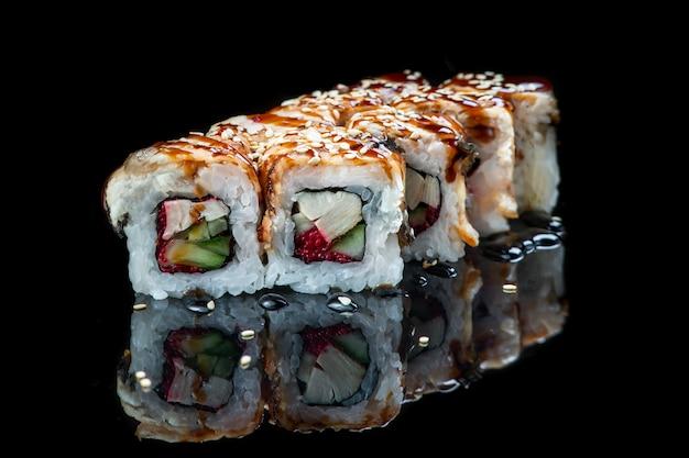 Rotolo di sushi su un muro nero riflessione. cibo giapponese. avvicinamento.