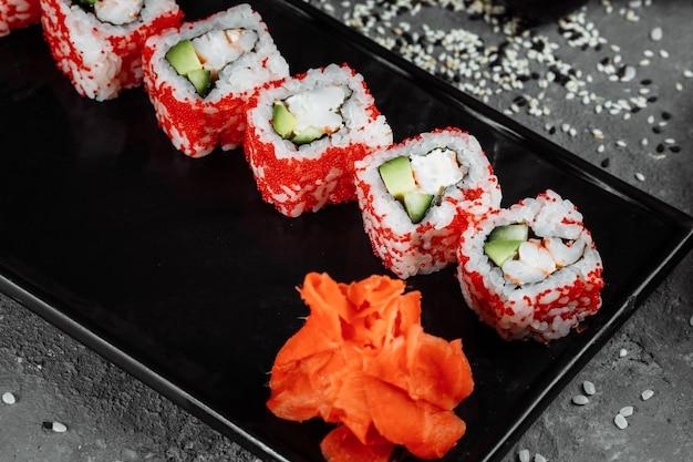 Rotolo di sushi california con gamberi, avocado e formaggio. sushi giapponese tradizionale.
