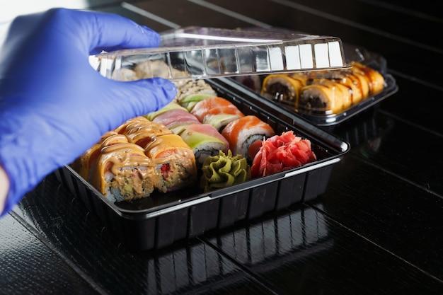 Servizio di consegna di cibo con rotoli di sushi su