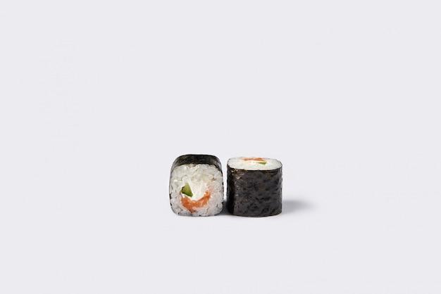 Rotolo di sushi isolato su spazio bianco