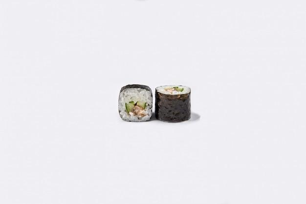 Rotolo di sushi isolato su bianco