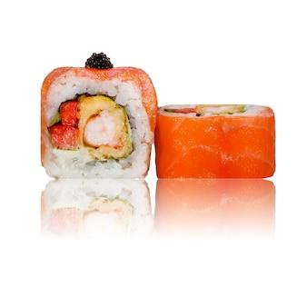 Rotolo di sushi isolato con la riflessione.