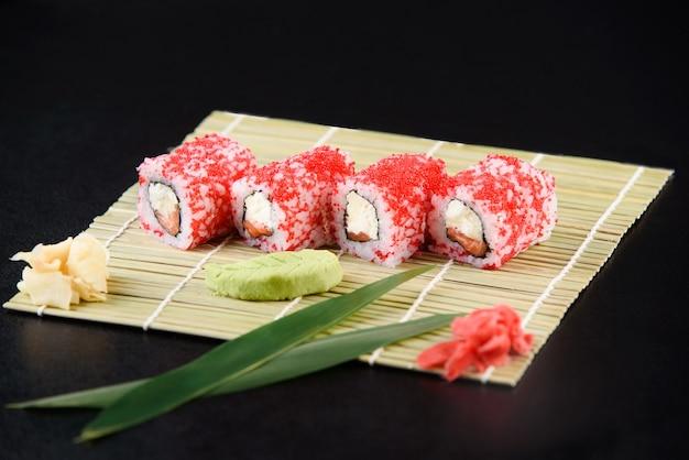 Frutti di mare di sushi roll. consegna di sushi dal ristorante. sushi giapponese delizioso fresco con avocado, cetriolo, gamberetti e caviale