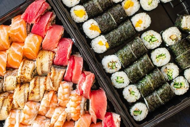 Sushi roll frutti di mare maki salmone tonno riso nori cucina asiatica