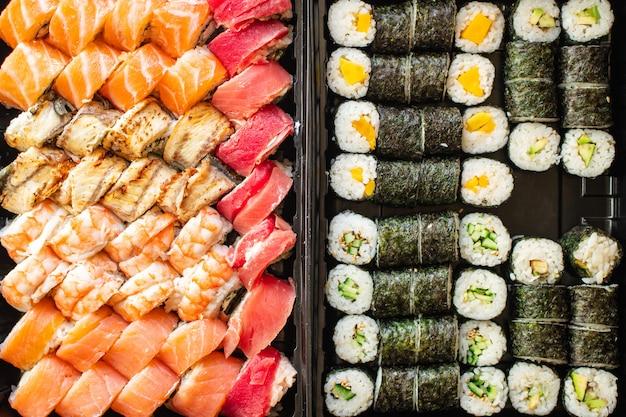 Sushi roll frutti di mare maki susi salmone tonno riso nori wasabi sesamo cibo asiatico