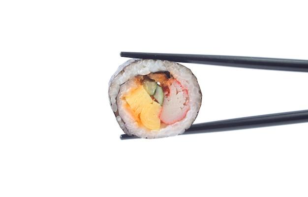 Rotolo di sushi con le bacchette