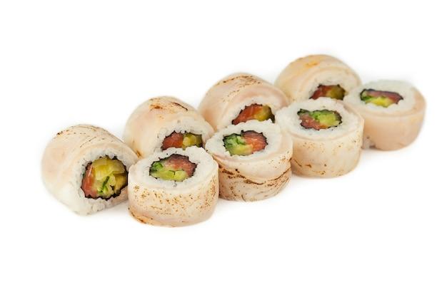 Sushi roll con pesce persico tataki e salmone in salsa ponzu su uno sfondo bianco