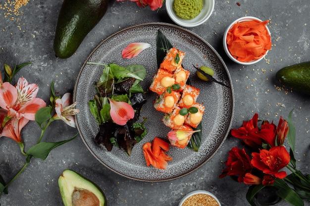Sushi roll con salmone tonno avocado crema di gamberi reale formaggio philadelphia caviar tobica chuka. menu di sushi. cibo giapponese.